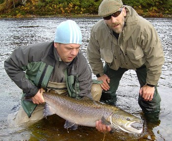 Ray Dingwall with Ewe salmon of 105cm, landed by Jon Penny, 4th Oct 08 (Photo by Glyn Williams).